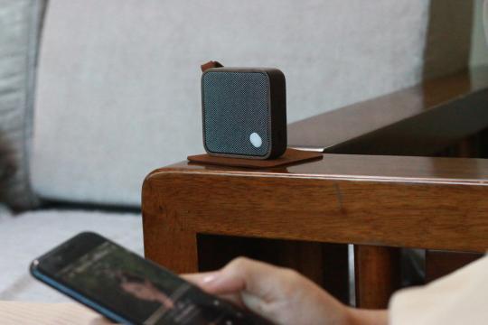 Bluetooth-Lautsprecher aus Holz.