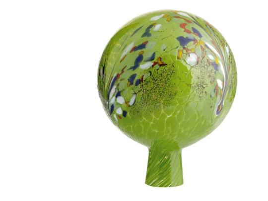 Glaskugel für den Garten, grün und bunt getupft.