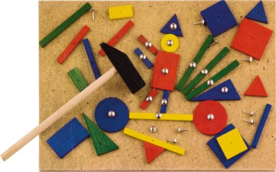 Mit Hammer und Nägeln lustige Figuren bauen.