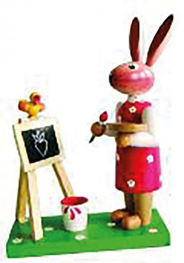 Osterhasenfrau mit Tafel.