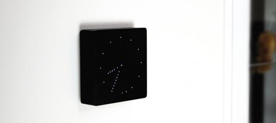 Schwarze Wanduhr mit LED Anzeige.
