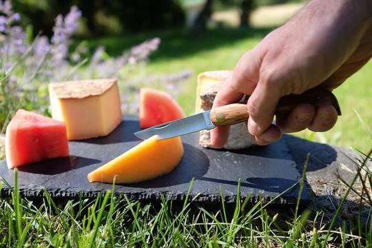 Taschenmesser mit Olivenholzgriff.