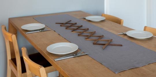 Tischläufer aus Leinen, grau.