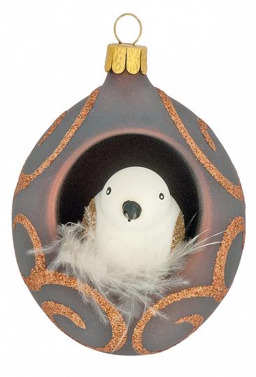 Vogel im Nest mit Federn.